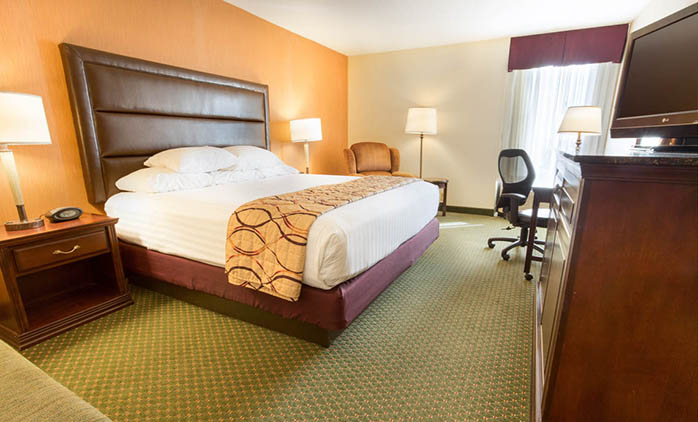 Drury Inn & Suites Evansville East - Deluxe King Room