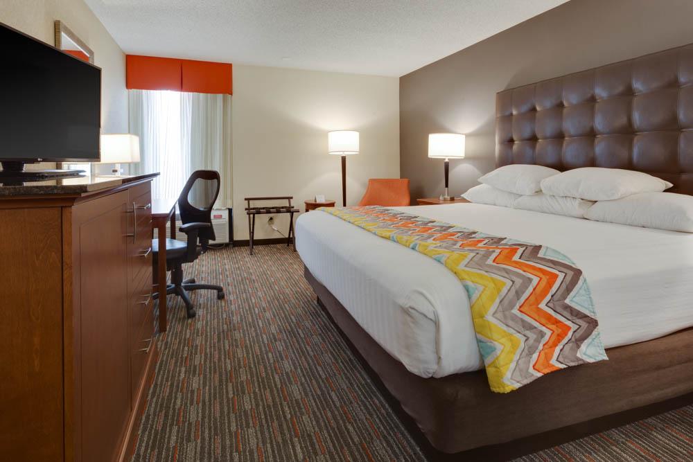 Drury Inn & Suites - Columbia Stadium Boulevard - Deluxe King Guestroom