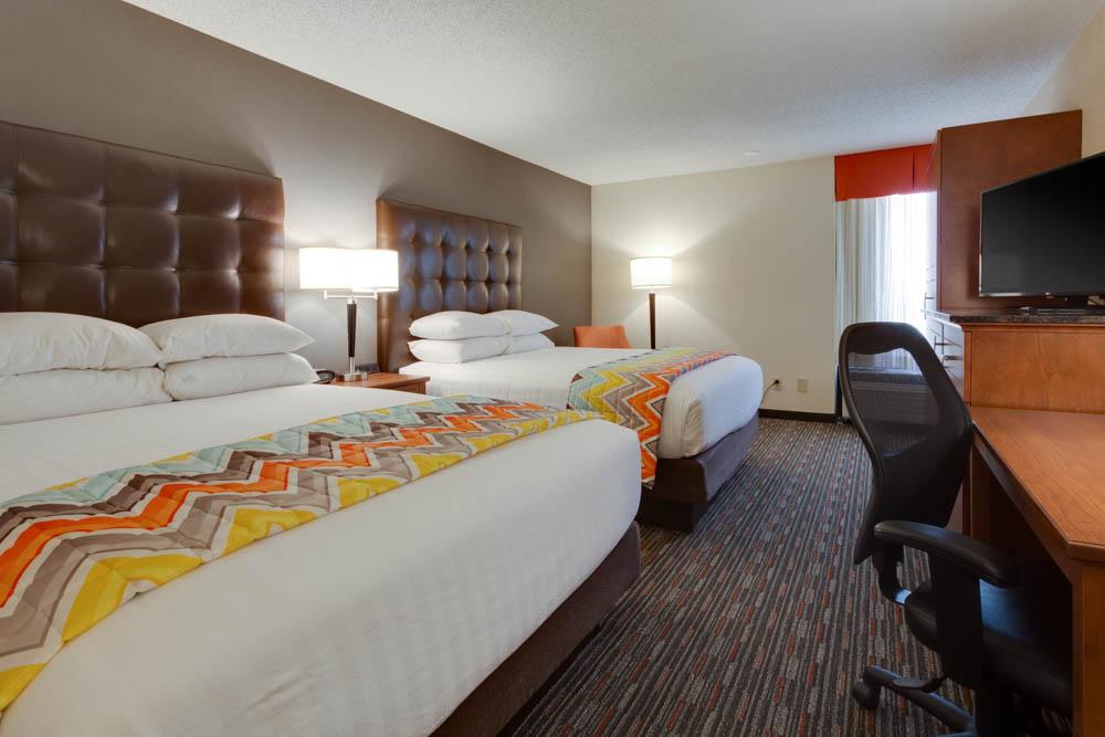 Drury Inn & Suites - Columbia Stadium Boulevard - Deluxe Queen Guestroom