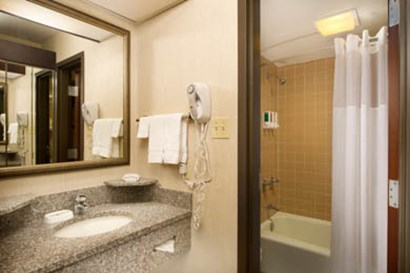 Drury Inn & Suites Westport St. Louis - Guest Bathroom