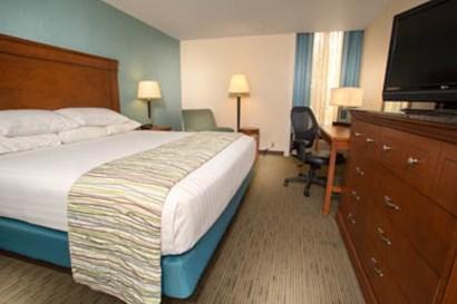 Drury Inn & Suites Cape Girardeau - Deluxe King Guestroom