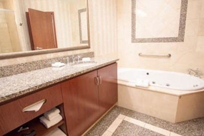 Drury Plaza Hotel Chesterfield - Guest Bathroom