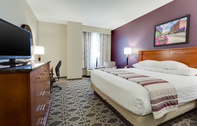 Drury Inn & Suites Middletown Franklin - Deluxe King Guestroom