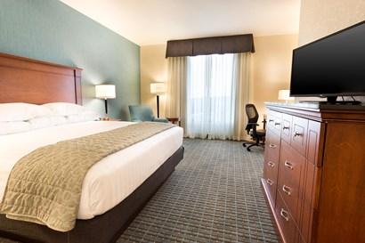 Drury Inn & Suites St. Louis Brentwood - Deluxe King Guestroom
