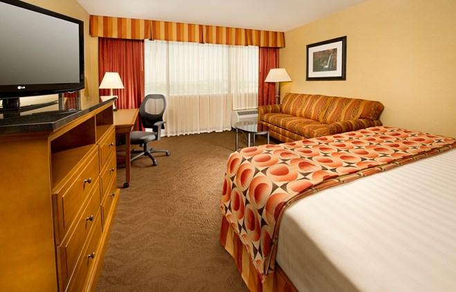 Drury Inn & Suites Phoenix Airport - Deluxe King Guestroom