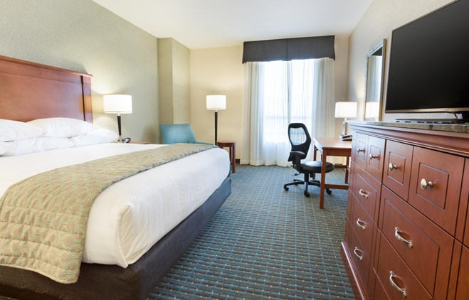 Drury Inn & Suites Colorado Springs - Deluxe King Guestroom