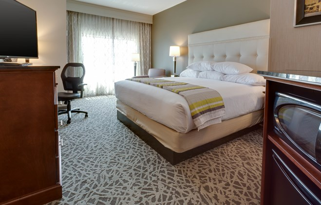 Drury Inn & Suites Pittsburgh Airport Settlers Ridge - Deluxe King Guestroom