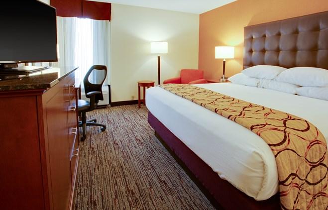 Drury Inn & Suites Terre Haute - Deluxe King Guestroom