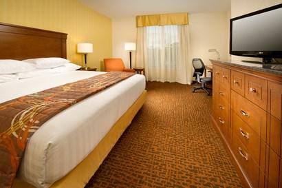 Drury Inn & Suites Valdosta - Deluxe King Guestroom