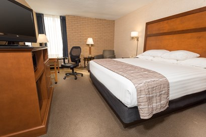 Drury Inn & Suites Champaign - Deluxe King Guestroom