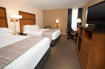 Drury Inn & Suites Champaign - Deluxe Queen Guestroom