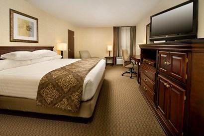 Drury Inn & Suites Fairview Heights - Deluxe King Guestroom