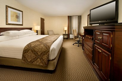 Drury Inn & Suites Fairview Heights - Deluxe King Guestroom