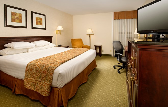 Drury Inn & Suites Collinsville - Deluxe King Guestroom