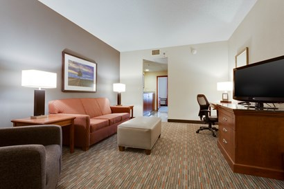 Drury Inn & Suites O'Fallon - Two-room Suite Guestroom