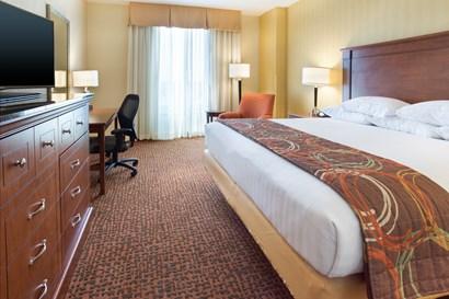 Drury Inn & Suites Mount Vernon - Deluxe King Guestroom