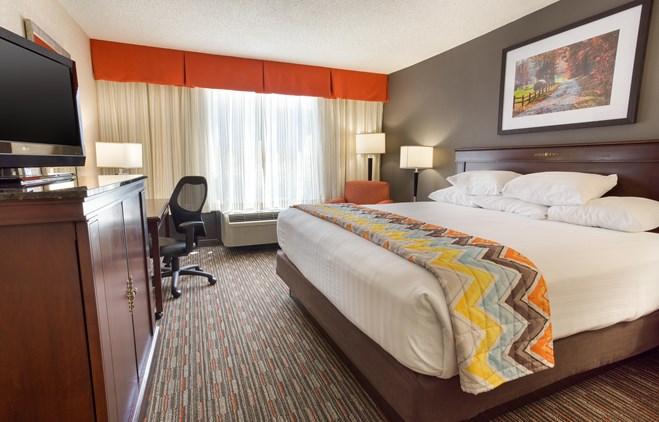 Pear Tree Inn Terre Haute - Deluxe King Guestroom