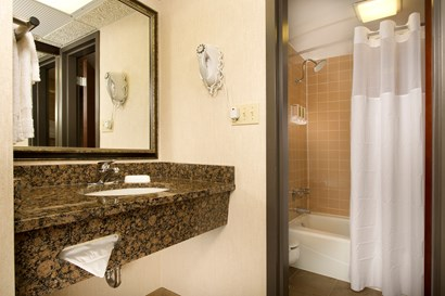 Drury Inn & Suites Kansas City Shawnee Mission - Bathroom