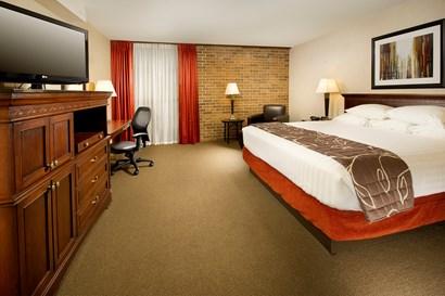 Drury Inn & Suites Kansas City Shawnee Mission - Deluxe King Guestroom