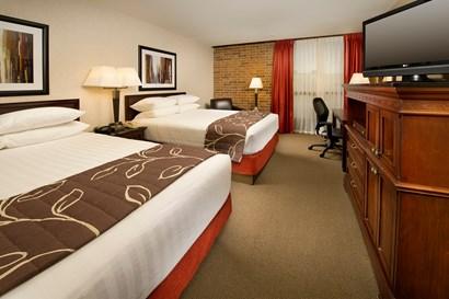 Drury Inn & Suites Kansas City Shawnee Mission - Deluxe Queen Guestroom
