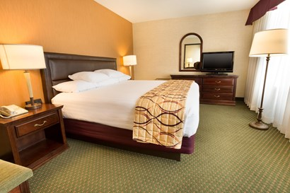 Drury Inn & Suites Bowling Green - Two-room Suite Guestroom
