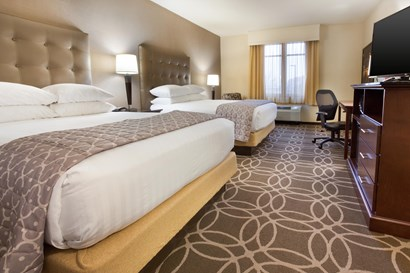 Drury Inn & Suites Louisville North - Deluxe Queen Guestroom