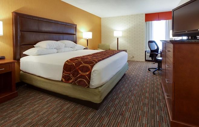 Drury Inn & Suites Denver near the Tech Center - Deluxe King Guestroom