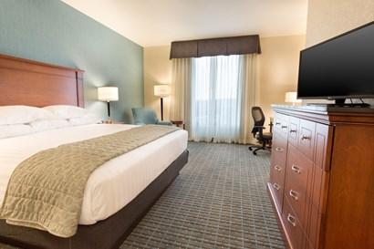 Drury Inn & Suites Brentwood - Deluxe King Guestroom