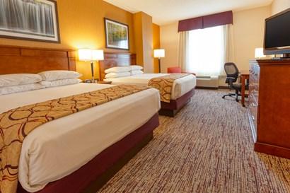 Drury Inn & Suites Indianapolis Northeast - Deluxe Queen Guestroom