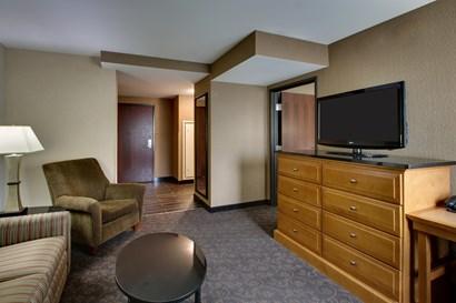 Drury Plaza Hotel Broadview Wichita - Two-room Suite Guestroom