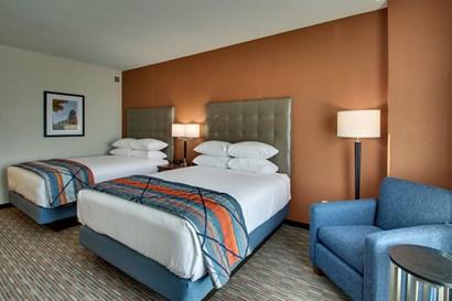 Drury Inn & Suites Iowa City Coralville - Deluxe Queen Guestroom