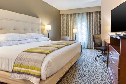 Drury Inn & Suites Cincinnati Northeast Mason - Deluxe King Guestroom