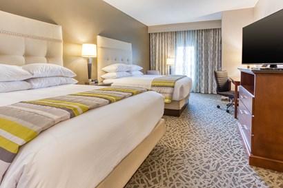 Drury Inn & Suites Cincinnati Northeast Mason - Queen Kitchen Guestroom
